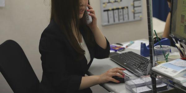 留学を応援する女性スタッフ